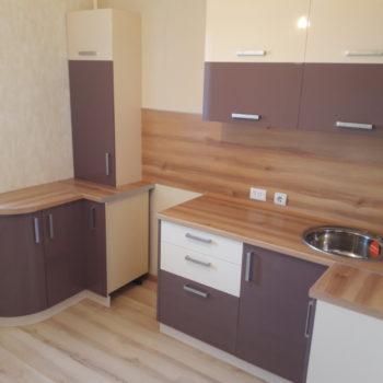 П-образная кухня с радиусным фасадом