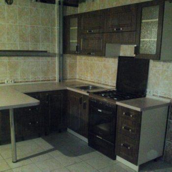 Кухня в тёмных тонах с барной стойкой