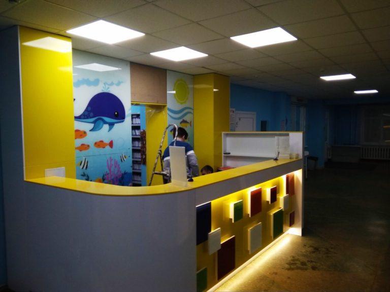 Стойка регистрации из камня с подсветкой в детскую поликлинику