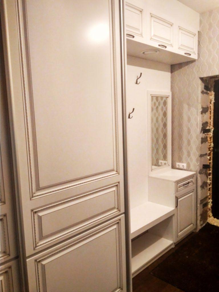 Прихожая в классическом стиле в частный дом