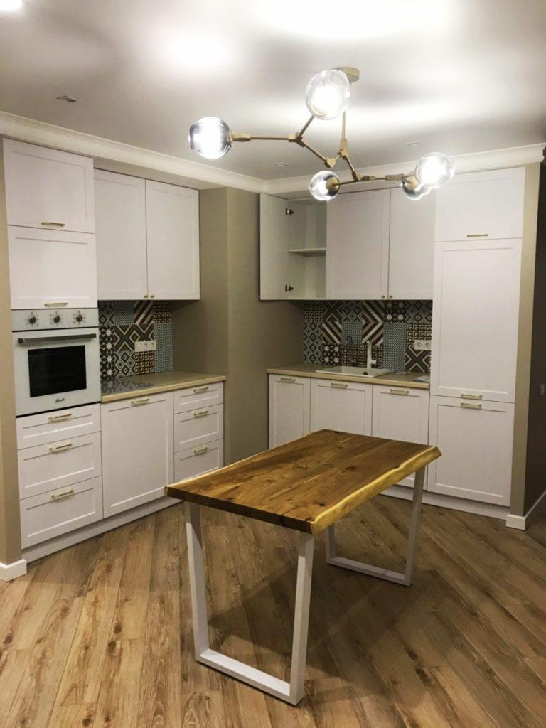 Светлая угловая кухня в стиле неоклассика