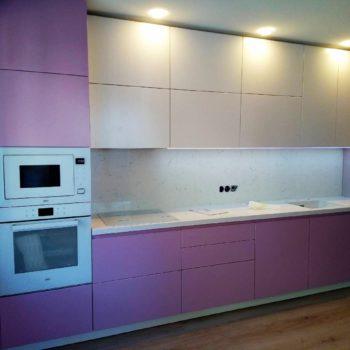 Кухня в современном стиле со столешницей из кварца