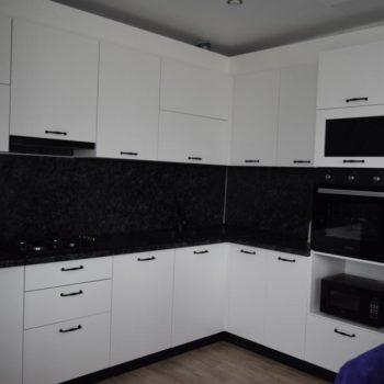 Чёрно-белая угловая кухня