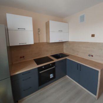 Угловая кухня с древесной столешницей