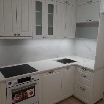 Белая кухня со встроенной духовкой